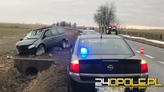 Chrysler zjechał z drogi i uderzył w przepust