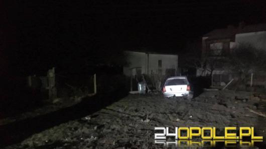 Pijany kierowca zatrzymał się w... ogródku posesji