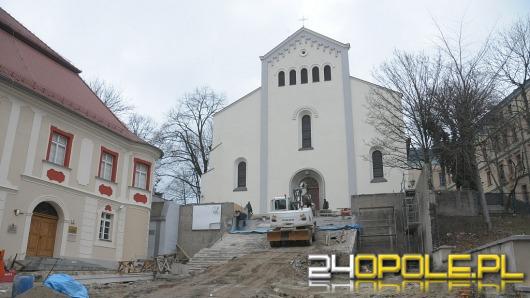 """Opóźnia się remont schodów przy kościele """"na górce"""""""
