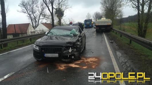 Wypadek podczas wyprzedzania, kierowca audi ranny