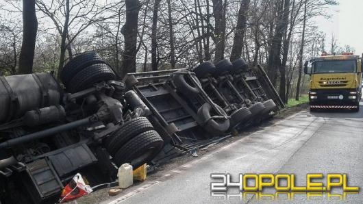 Ciężarówka przewróciła się w rowie na trasie Opole - Nysa