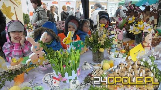 Śniadanie Wielkanocne pełne potraw i ozdób. Świętowanie na opolskim rynku.