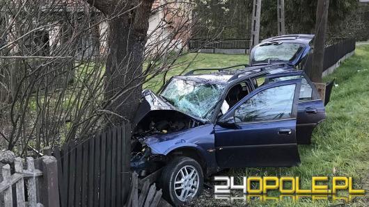Opel wbił się w drzewo pod Kluczborkiem. Dwie osoby w szpitalu.