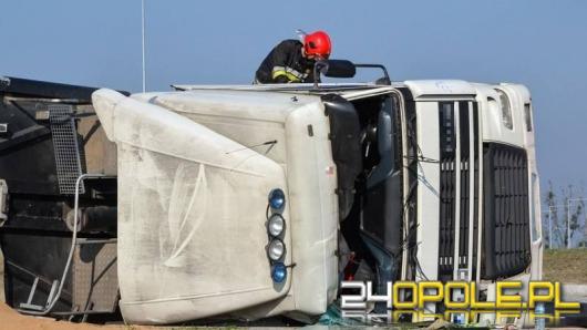 Ciężarówka przewróciła się na rondzie w Karczowie