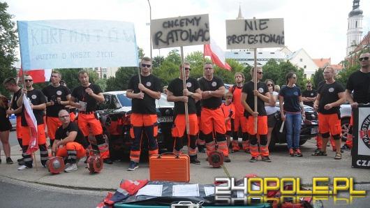 """Ratownicy medyczni pikietowali w Opolu. """"Nasz zawód umiera!""""."""