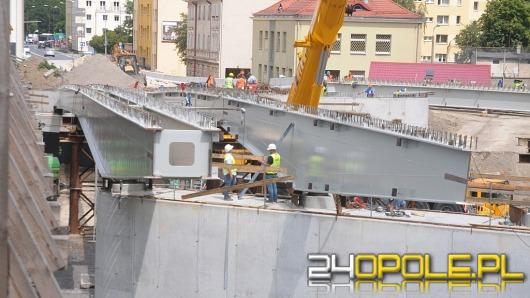 Układają elementy stalowe mostu na ul. Niemodlińskiej