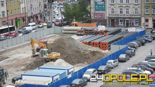 Fragment zabytkowego muru odkryty na budowie parkingu w centrum Opola