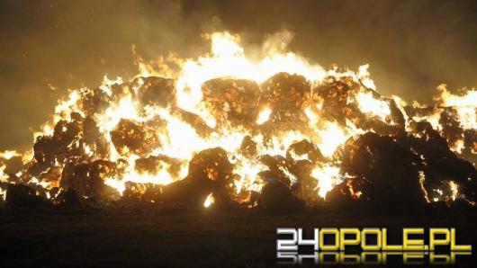 Wielki pożar słomy w Opolu. Strażacy wciąż w akcji