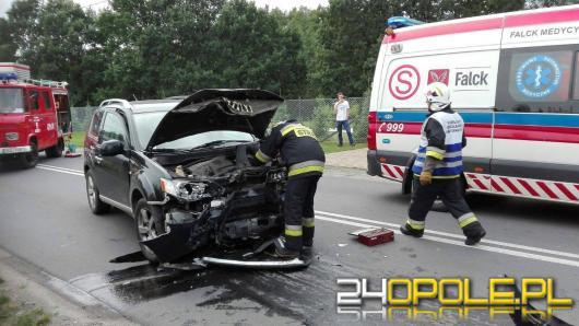 Czołowe zderzenie w Praszce. Dwoje rannych, w tym dziecko