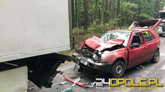 Golf z przyczepką wbił się w tył ciężarówki. Niestety kierowca nie przeżył.