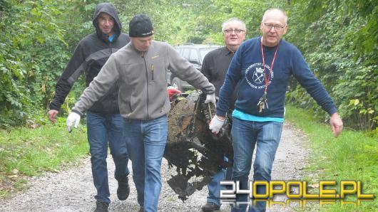 Sprzątali kamionkę Piast. Na dnie rama od motoru i lodówka