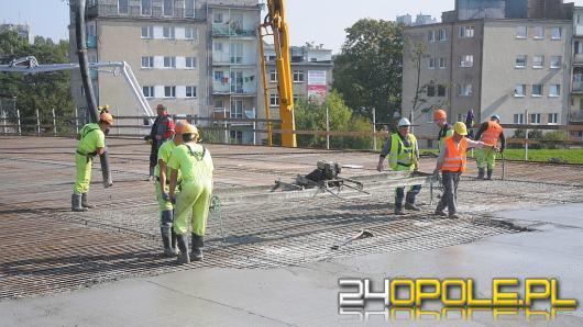 Kolejny etap budowy mostu na Niemodlińskiej. Wylewają beton na nawierzchnię