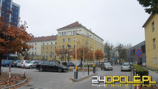 Otwarty wjazd na parking Uniwersytetu Opolskiego. Sytuacja budzi odmienne opinie