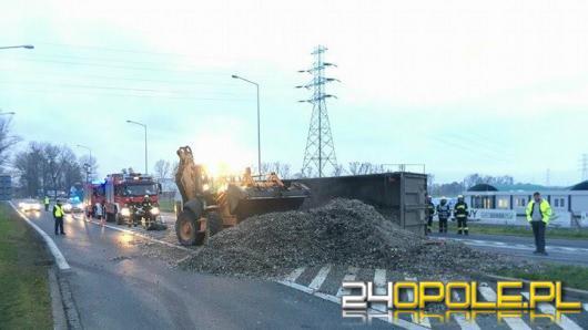 Ciężarówka przewróciła się na ul. Strzeleckiej
