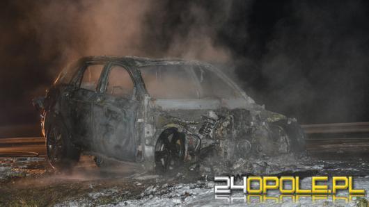 Wypadek na A4. 3 osoby ranne, spalony samochód i droga zablokowana pół nocy