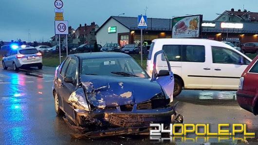 Dwa pojazdy zderzyły się na Alei Solidarności w Opolu, są ranni.
