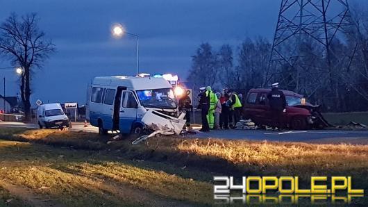 Tragiczne zderzenie osobówki z busem, 13 osób poszkodowanych