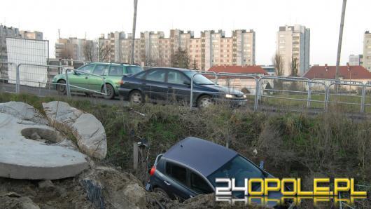 Auto spadło z kładki na Niemodlińskiej