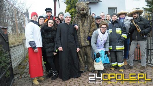 W Opolu-Winowie trwa wodzenie niedźwiedzia