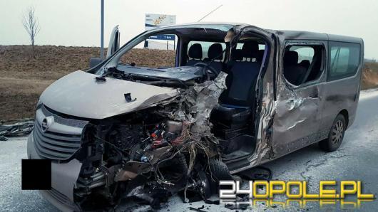 Zderzenie busa i ciężarówki. Ranny 33-latek