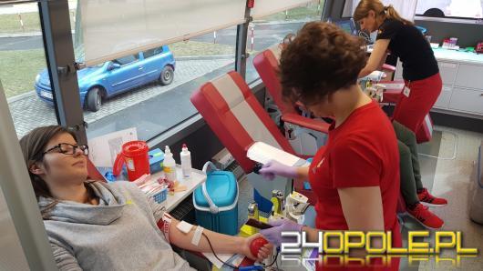 Studenci oddają krew na Dzień Kobiet