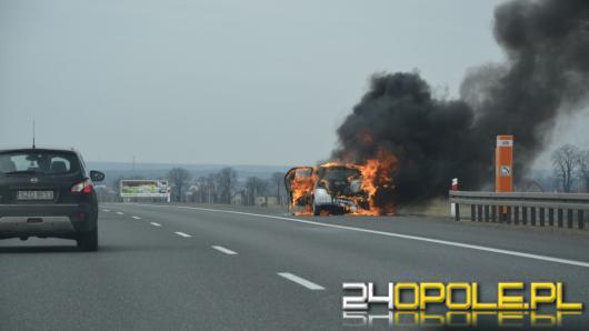 Na autostradzie A4 między węzłami Krapkowice i Kędzierzyn-Koźle spłonęło auto