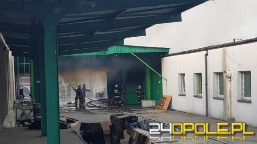 Trwa gaszenie hali magazynowej w Kluczborku, w akcji 27 zastępów straży pożarnej