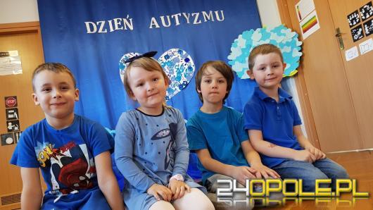 Dzieci uczą się o autyzmie na co dzień. Przedszkolaki w niebieskich barwach maszerowały przez miasto