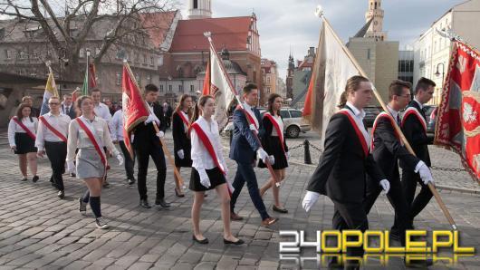Wojewoda wraz z Opolanami złożył kwiaty upamiętniając 8 rocznicę katastrofy smoleńskiej