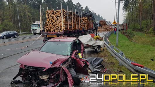 Zablokowana obwodnica w kierunku Strzelec Opolskich. Citroen zderzył się z autem przewożącym drewno