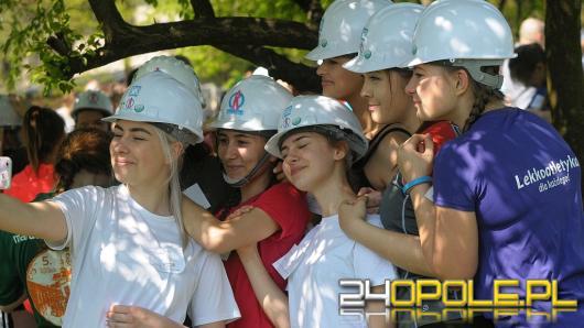 Licealistki pobiegły w kasku na błoniach Politechniki Opolskiej