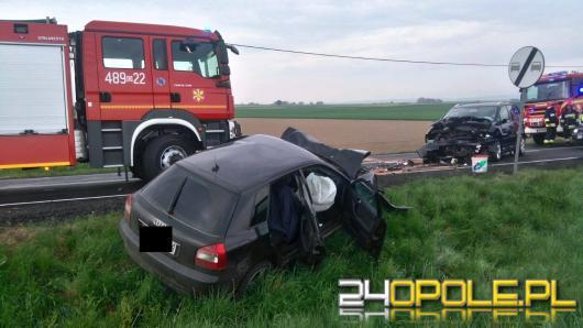 Czołowe zderzenie pojazdów na DK 40. Dwaj kierowcy ranni