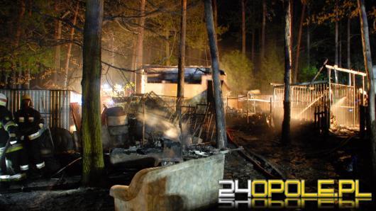 Pożar przy promenadzie w Turawie. Szybka reakcja sąsiadów uratowała przyległe domy