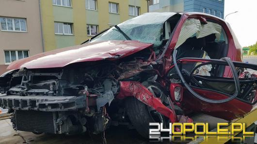 Czołowe zderzenie w centrum. Dwaj kierowcy ranni