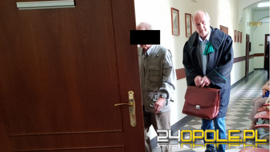 80-latek oskarżany o gwałt na własnej wnuczce stanął dziś przed sądem w Opolu