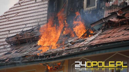 Pożar domu wielorodzinnego w Jełowej. W akcji 14 zastępów straży