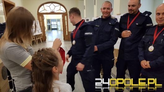 Wzruszające podziękowanie 9-letniej Oliwii dla policjantów, którzy przeszli 450 km w szczytnym celu