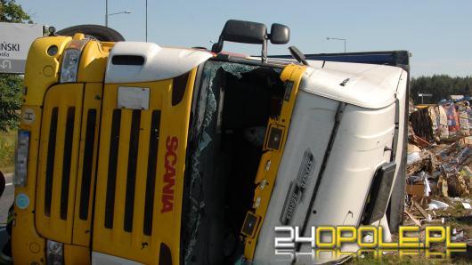 Ciężarówka z makulaturą przewróciła się na rondzie Szczakiela w Opolu