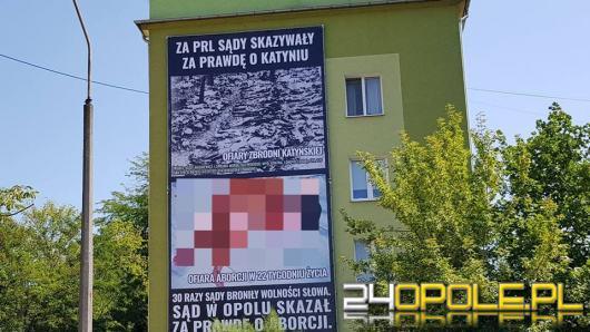 Wielki baner nawiązujący do aborcji oraz Katynia zawisł na kamienicy w centrum miasta