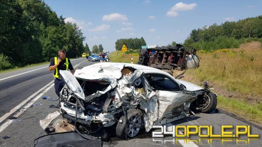 Wypadek na krajowej 11. BMW staranowane przez dwie ciężarówki. Dwie osoby ranne
