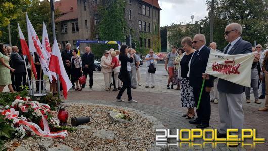 Przedstawiciele władz i działacze dawnej Solidarności złożyli kwiaty na skwerze Solidarności