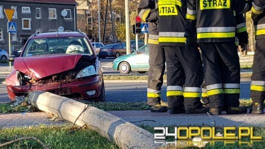Mężczyzna zasłabł za kierownicą i wjechał w latarnię
