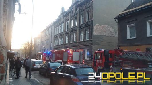 Pożar kamienicy w Prudniku. Ewakuowano 13 osób, jedna osoba wyskoczyła z 3 piętra