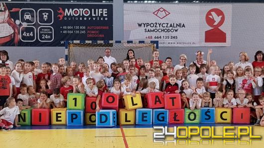 """Dzieci odśpiewały Mazurka Dąbrowskiego w ramach akcji """"Rekord Dla Niepodległej"""""""