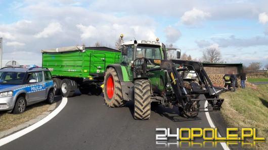Ciągnik rolniczy przewrócił się na drodze. Zablokowana droga w Łące Prudnickiej