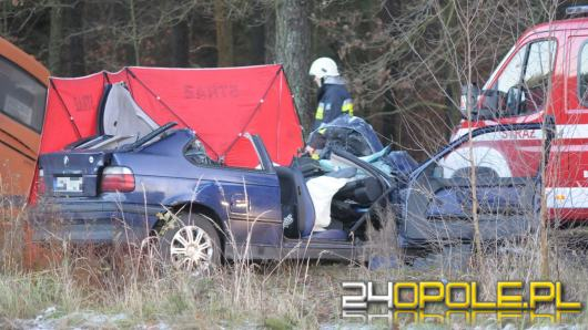 Autobus szkolny zderzył się z BMW. Nie żyje 24-latek