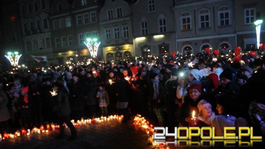 Setki Opolan odpaliło zimne ognie na rynku w solidarności z Gdańskiem