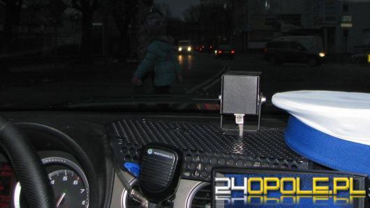Uciekał przed policją, wpadł w poślizg i wjechał w znaki drogowe
