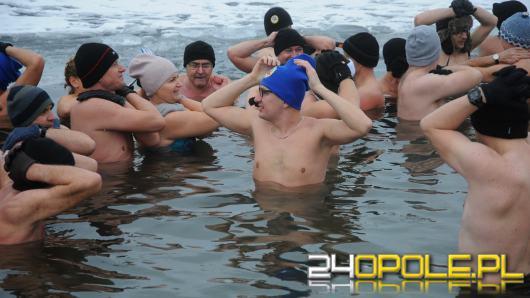 Chętnych do kąpieli w zimie nie brakuje. Morsy z Opola w przeręblu!