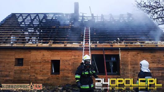 Nieprawidłowe składowanie materiału palnego przyczyną pożaru domu w Bażanach